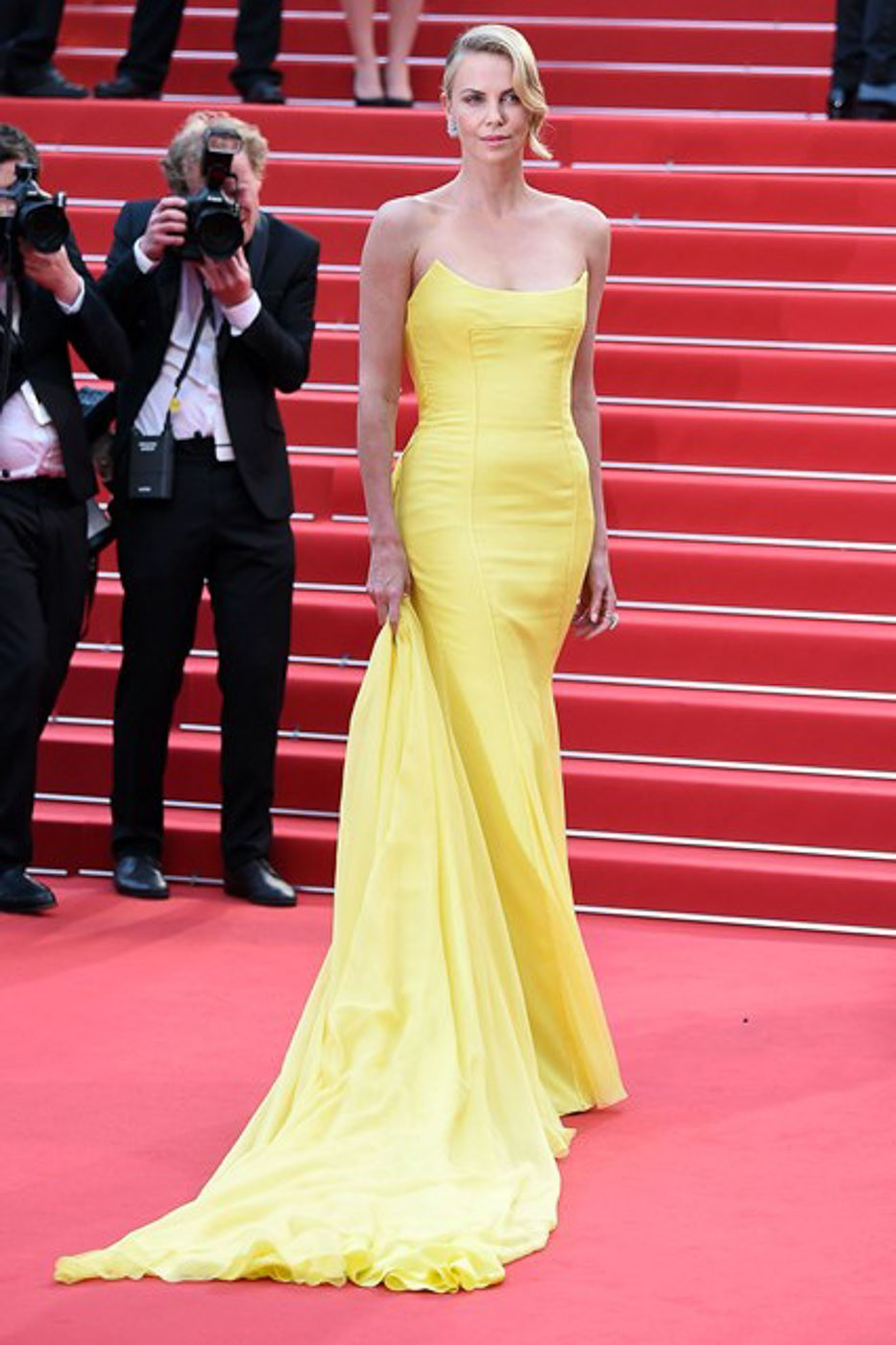 Charlize-Theron-Vogue-15May15-Getty_b_426x639